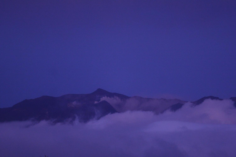 ひんやりとした空気に包まれる十勝岳の夕暮れ