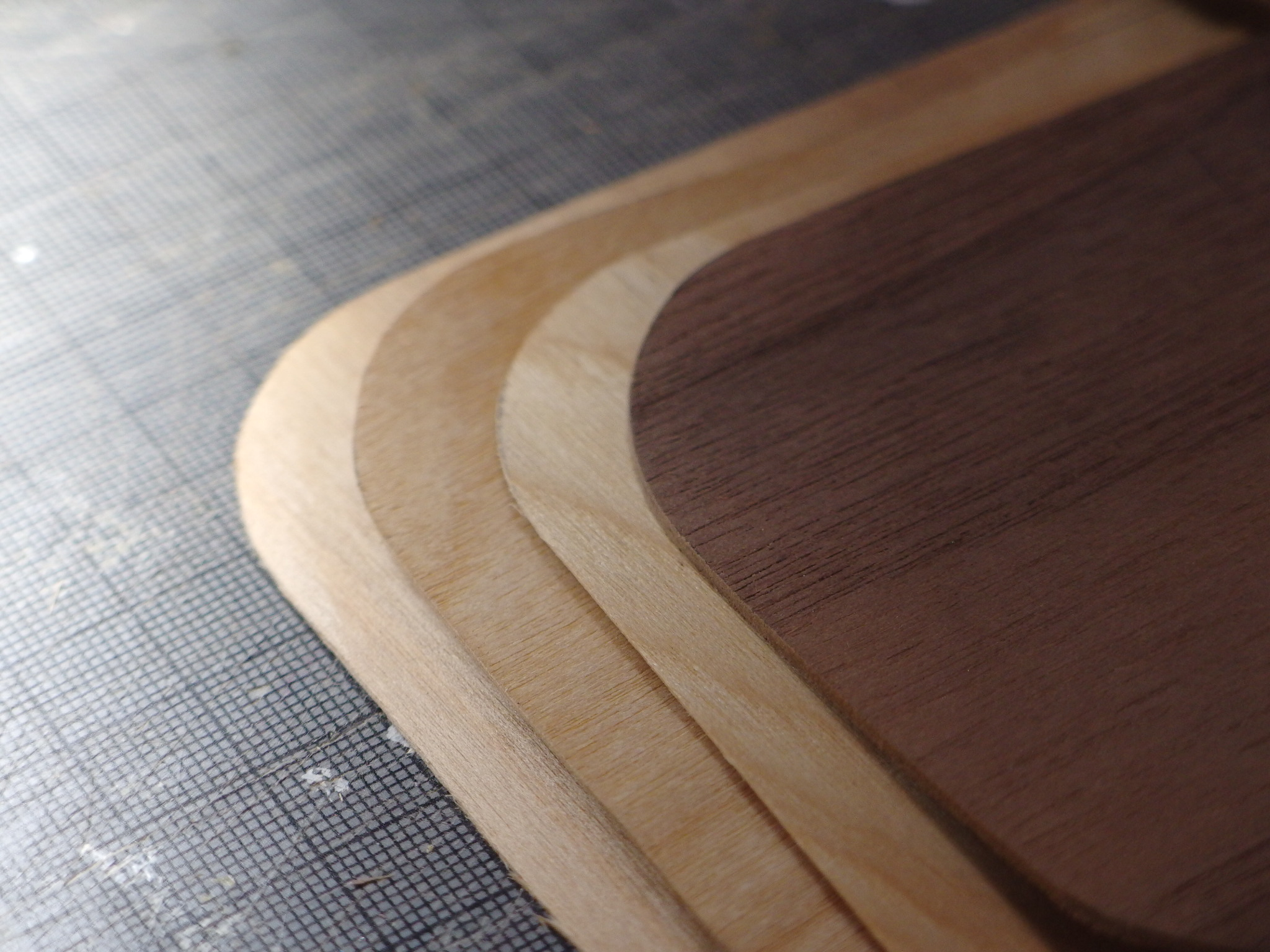 底板と天板は4枚、縦横に木目をクロスさせ、圧着。