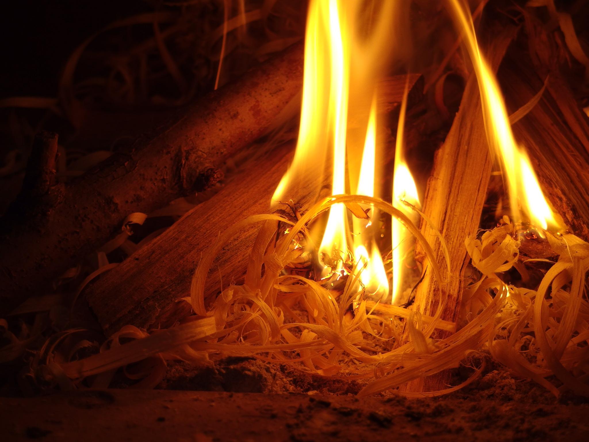 一気に燃え上がる、焚き付け代わりの竹の削りかす。