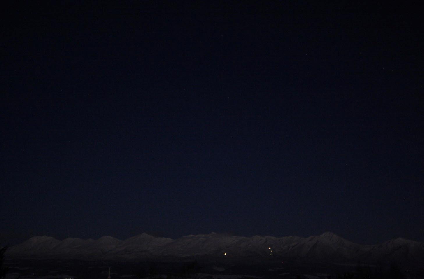 朝、起きると十勝岳連邦が月明かりに照らされて夜明け前の空に映し出されてました。