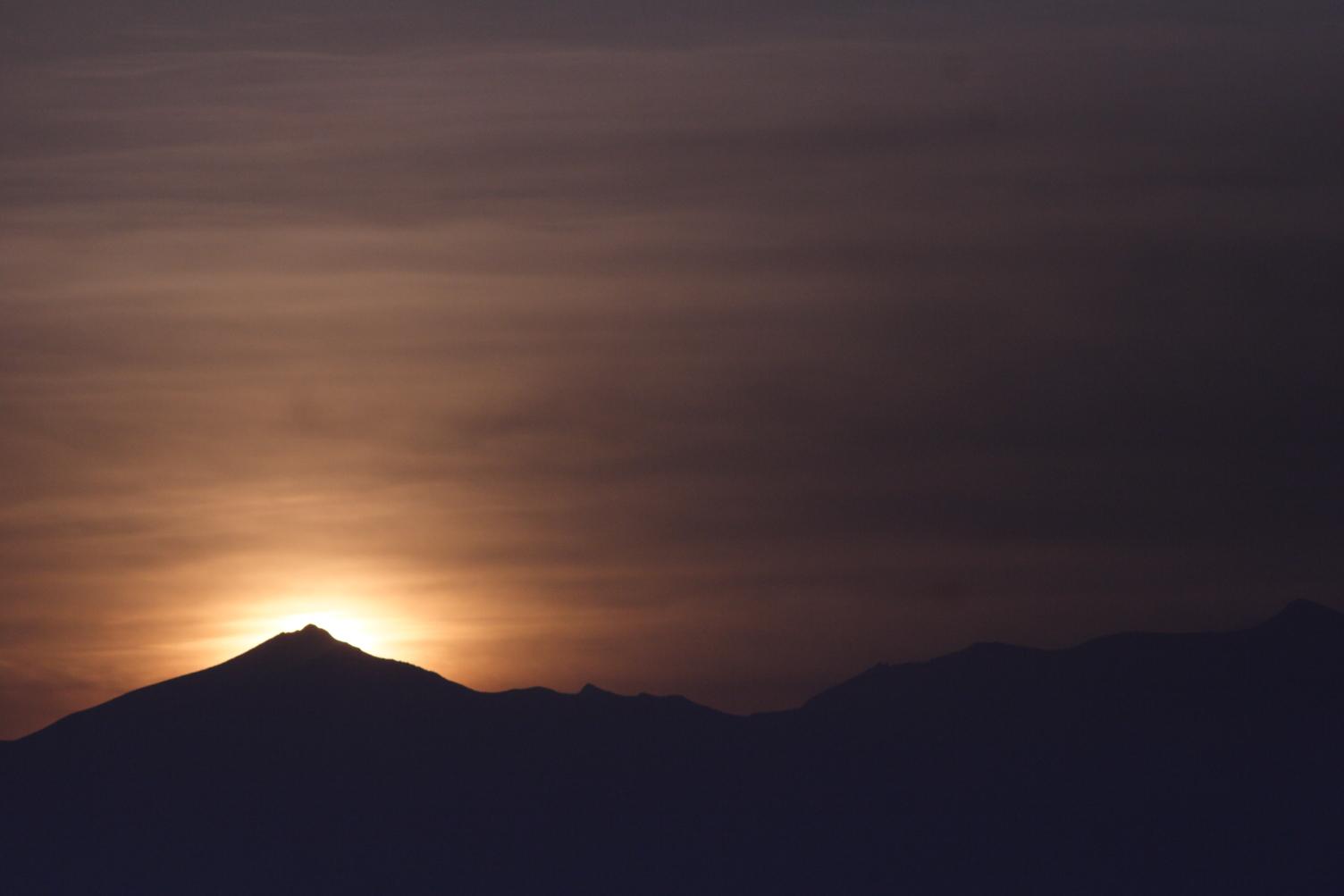 美瑛富士から昇る陽。 空気中の水分が少し多くなってきたように感じます。 そして、陽の昇る方角が少しずつ東に移っていきました。