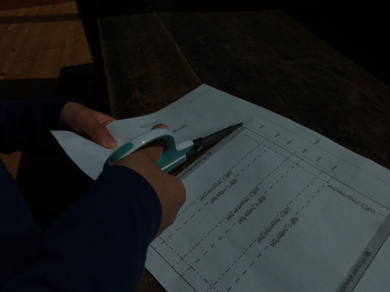 型紙をプリントアウトしてカット。 プリントアウトする環境のない方は寸法を記載していますので、手描きで型紙を作ってください。
