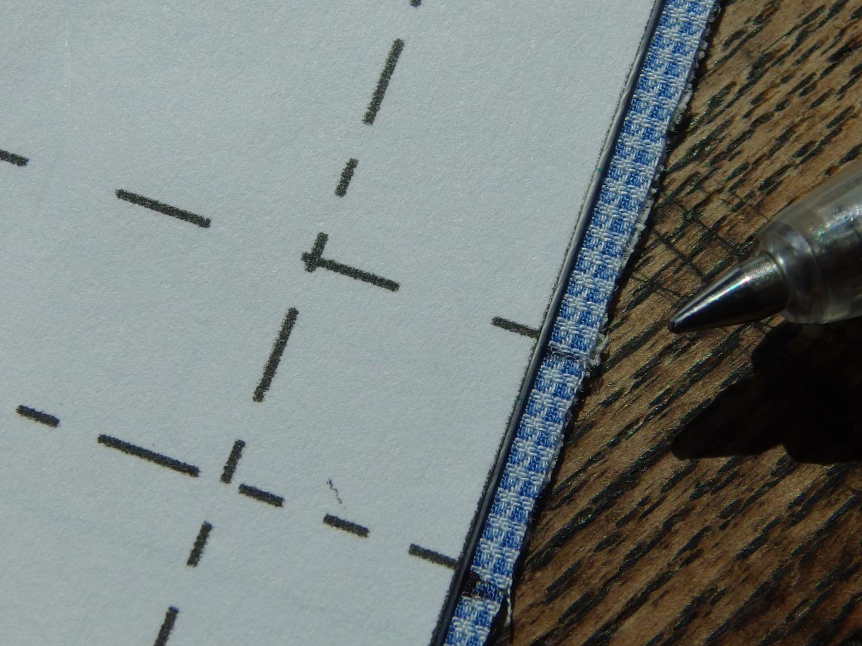 ここで2重布ができました。 型紙をもう一度、合わせて山折り、谷折りの印をつける。 ここで型紙を合わせたときに、上下の縫い代分小さくなっています。