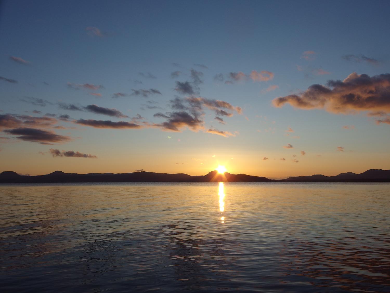 晩秋の屈斜路湖の朝。